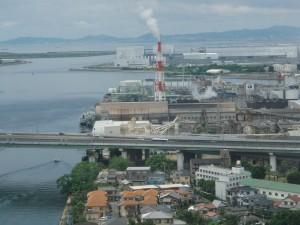「左に見えますのが旧堺灯台です。棩??に見えますのが建訤?の堺コンビナートです。」